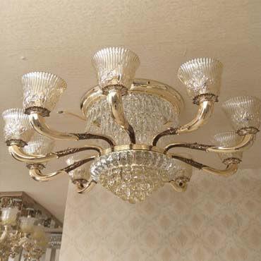 Phòng khách độc đáo với đèn chùm ốp trần thủy tinh cao cấp